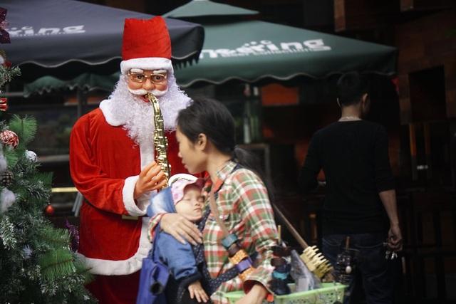 Hình ảnh ông già Noel hiện diện khắp nơi.