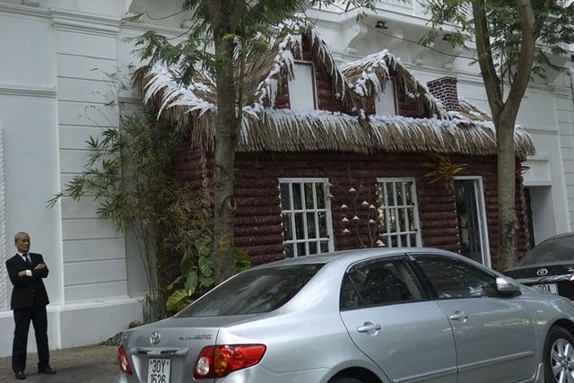 Trang trí ngôi nhà mùa đông tại một khách sạn lớn trên phố Ngô Quyền.