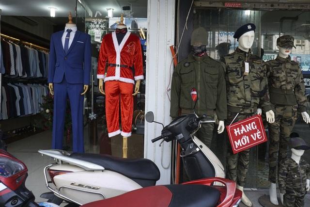 Những cửa hàng thời trang bày mẫu trang phục ông già Noel.