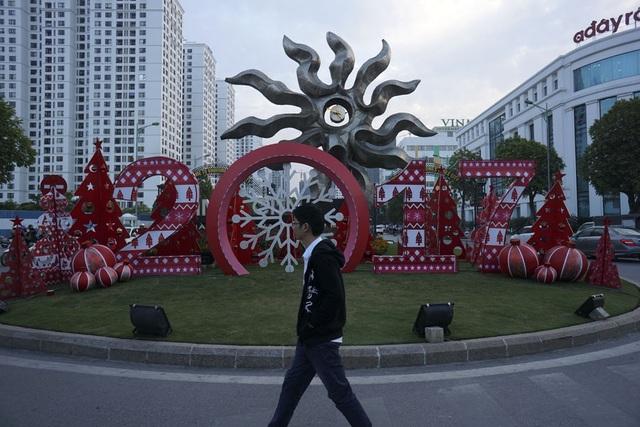 Trang trí cho dịp Noel và chào đón năm mới trên đường Minh Khai.