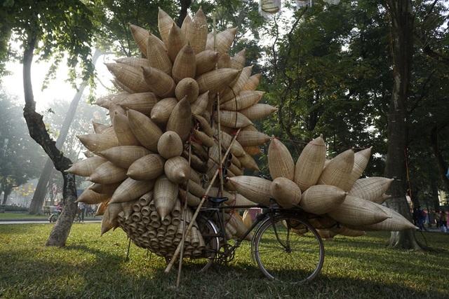 Những chiếc đó bắt tôm cá được chở trên xe đạp thồ. Ngày nay, sản phẩm này vẫn phổ biến nhưng phương tiện vận chuyển đã được thay bằng xe máy.