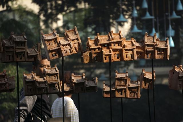 Trưng bày ở vị trí trang trọng là loạt mô hình nhà phố cổ Hà Nội làm bằng chất liệu gốm khá đẹp mắt. Sản phẩm của nhóm tác giả Gốm Chi, được các nghệ sỹ đặt tên Di sản.