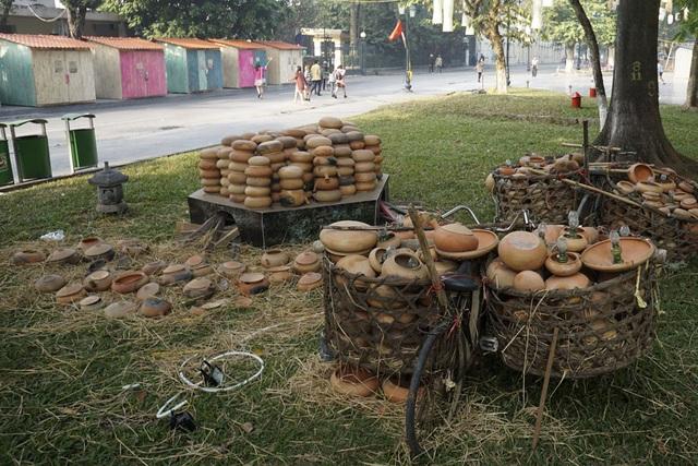 Không gian trưng bày những chiếc xe đạp cũ kỹ, thồ các sản phẩm nhiêu đất, đèn dầu gợi nhớ làng quê xưa cũ.