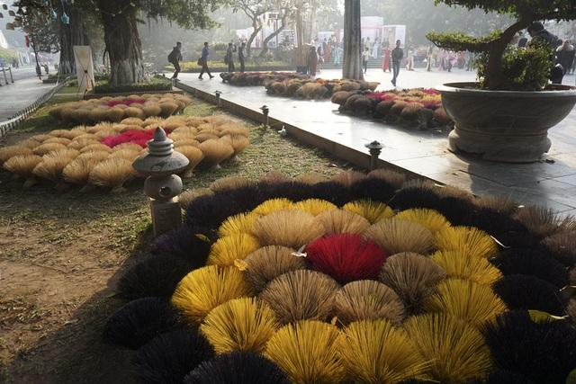 Những bó hương phơi dưới ánh nắng đẹp trong ngày cuối tuần ở không gian đi bộ bên hồ Gươm. Cách trình bày sản phẩm khá nghệ thuật, được các nghệ sỹ đặt tên Hoa nghề.