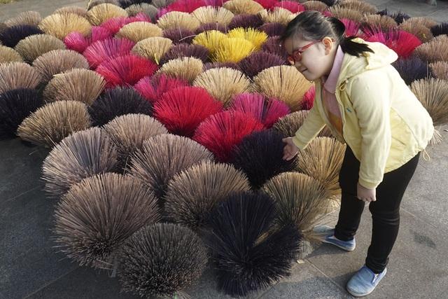 Một bé gái thích thú chụp ảnh với Hoa nghề.
