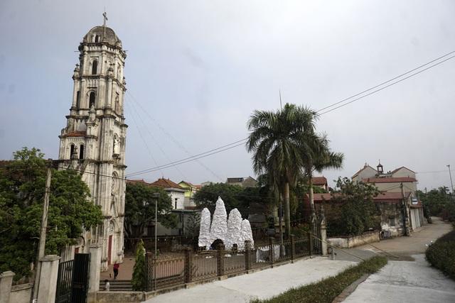 Mô hình hang đá đang được dựng lên ở sân chính của nhà thờ giáo xứ Đông Lao (huyện Hoài Đức, Hà Nội). Nhà thờ nằm dưới chân đê Yên Nghĩa, bên cạnh dòng sông Đáy.