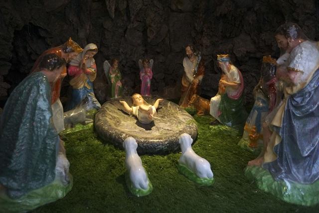 Hoạt cảnh mô phỏng thời điểm chúa giáng sinh trong hang đá ở nhà thờ giáo họ Lại Dụ.