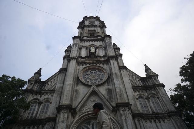 Mỗi khi vào dịp lễ trọng, các giáo dân xứ Đông Lao lại tụ về nhà thờ, mỗi người một việc với tinh thần vui vẻ như một đại gia đình.