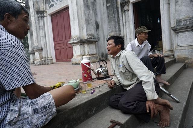 Người dân xứ Đông Lao coi công việc chuẩn bị cho dịp lễ Giáng sinh tại nhà thờ xứ là việc chung mà ai cũng phải có phần trách nhiệm. Đây cũng là dịp mọi người có nhiều thời gian để giao lưu vui vẻ.