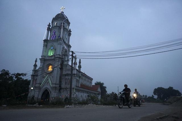 Cách nhà thờ xứ Đông Lao vài km là một nhà thờ mới được xây dựng, thuộc giáo họ Lại Dụ (huyện Hoài Đức).