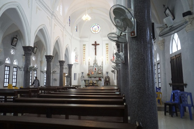Ở Lại Dụ có 407 giáo dân. Vào đêm Giáng sinnh, các giáo dân sẽ trở về nhà thờ xứ Đông Lao để dự lễ, sau đó người dân Lại Dụ sẽ tổ chức lễ Giang sinh tại nhà thờ họ vào đêm hôm sau.