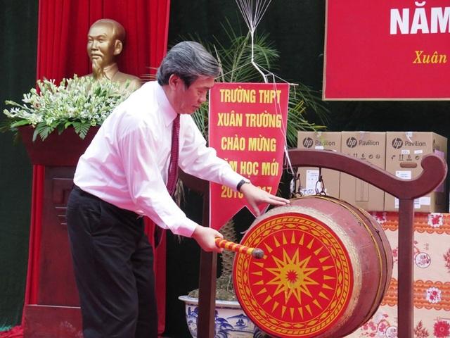 Ông Đinh Thế Huynh, Thường trực Ban Bí thư Trung ương đánh trống khai giảng năm học mới tại trường THPT Xuân Trường