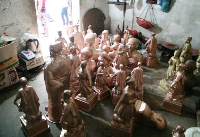 Những bức tượng đồng Hưng Đạo Đại Vương trong một khu xưởng