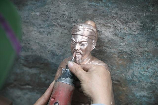 Công đoạn làm nguội tạo hình mặt của Hưng Đạo Đại Vương rất cầu kỳ và khó khăn