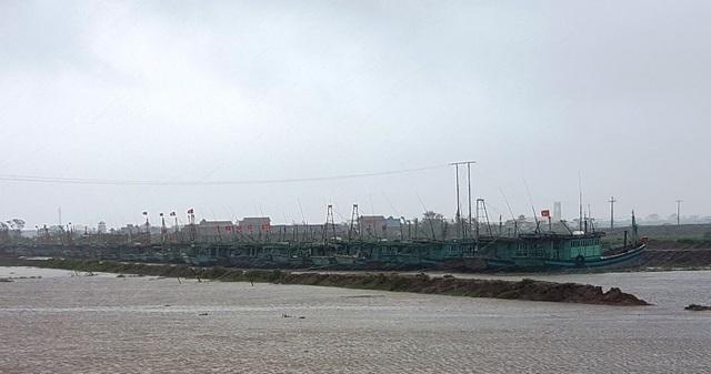 Nam Định hoãn tất cả các cuộc họp không cần thiết và nghiêm cấm tàu thuyền ra khơi đảm bảo an toàn