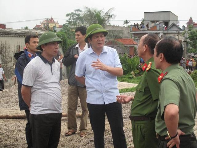 Ông Nguyễn Hồng Diên, Chủ tịch UBND tỉnh Thái Bình (thứ 2 từ trái sang) có mặt tại hiện trường kiểm tra, chỉ đạo các cơ quan chức năng xử lí hậu quả vụ nổ