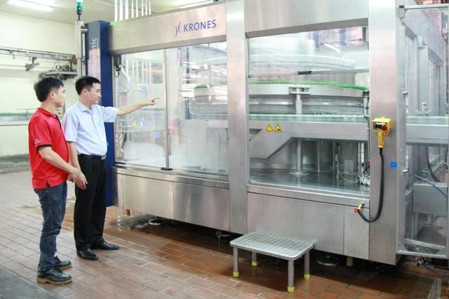 Thạc sỹ Trần Văn Trà kiểm tra chuỗi dây chuyền chiết lon và đóng hộp tự động công suất 50.000 lon/giờ.