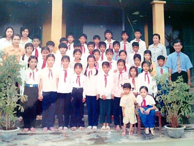 Nguyễn Thị Ngọc Tâm (đầu tiên bên phải ngồi ghế) ngày còn đi học (ảnh do nhân vật cung cấp)