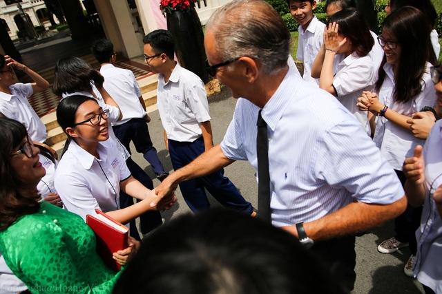 Quốc vụ khanh Pháp thăm hỏi các học sinh trường THPT chuyên Lê Hồng Phong (ảnh Hoàng Việt)