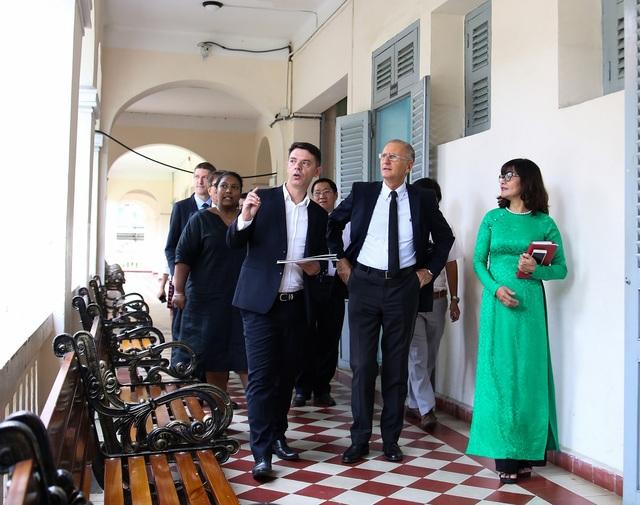 Ông André Vallini - Quốc vụ khanh phụ trách Phát triển và Pháp ngữ thăm ngôi trường chuyên nổi tiếng của TPHCM (ảnh Hoàng Việt)