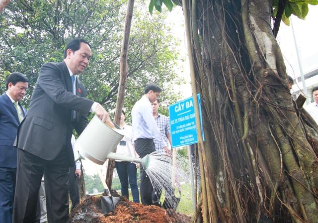Cuối lễ khai khoá, ông cùng lãnh đạo TPHCM trồng cây trong khuôn viên của ĐH hàng đầu phía Nam