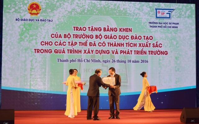 Đại diện Bộ GD-ĐT trao bằng khen của Bộ trưởng Bộ GD-ĐT cho trường