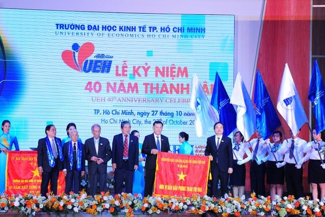 Bộ trưởng Bộ GD-ĐT trao cờ của Chính phủ trao tặng cho trường ĐH Kinh tế TPHCM