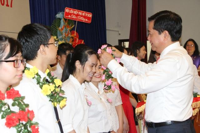 Bí thư Thành Uỷ TPHCM Đinh La Thăng chúc mừng các sinh viên tốt nghiệp loại giỏi từng được Quỹ Học bổng Khuyến tài hỗ trợ