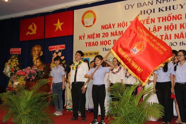 Trao cờ truyền thống của câu lạc bộ sinh viên nhận Học bổng Khuyến tài