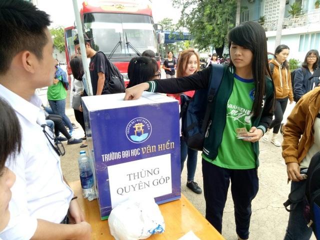 Sinh viên trường ĐH Văn Hiến quyên góp ủng hộ đồng bào miền Trung