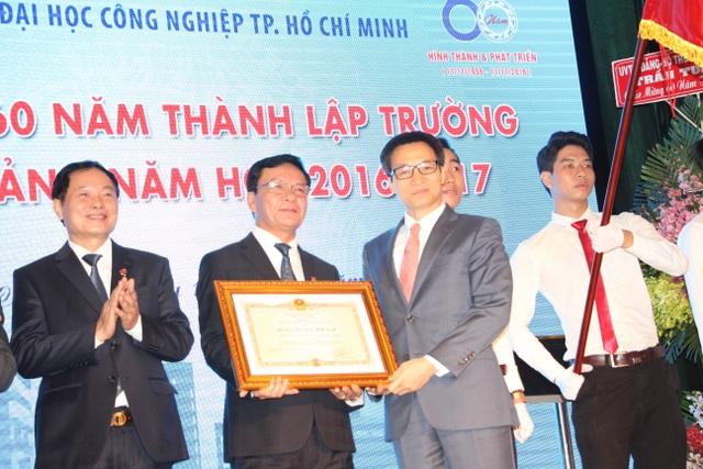 Phó Thủ tướng Vũ Đức Đam trao Huân chương độc lập hạng Ba của Chủ tịch nước tặng thưởng cho Trường ĐH công nghiệp TPHCM