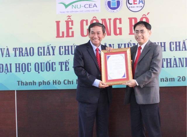 PGS.TS Hồ Thanh Phong (trái) -hiệu trưởng trường ĐH Quốc tế nhận chứng nhận kiểm định chất lượng giáo dục chuẩn của Bộ GD-ĐT