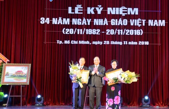 Thủ tướng trao Huân chương Lao động hạng Nhất cho hai cá nhân từng công tác tại ĐHQG TPHCM