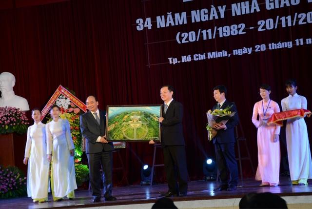 Thủ tướng Nguyễn Xuân Phúc tặng quà lưu niệm đến lãnh đạo ĐH Quốc gia TPHCM nhân dịp dự lễ kỉ niệm 34 năm Ngày Nhà giáo Việt Nam 20/11.