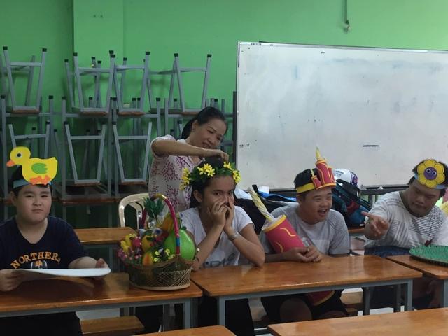 Công việc của  các cô giáo ở ngôi trường Chuyên biệt Tương Lai không chỉ là dạy mà còn là chăm sóc, dỗ dành các học sinh đặc biệt.