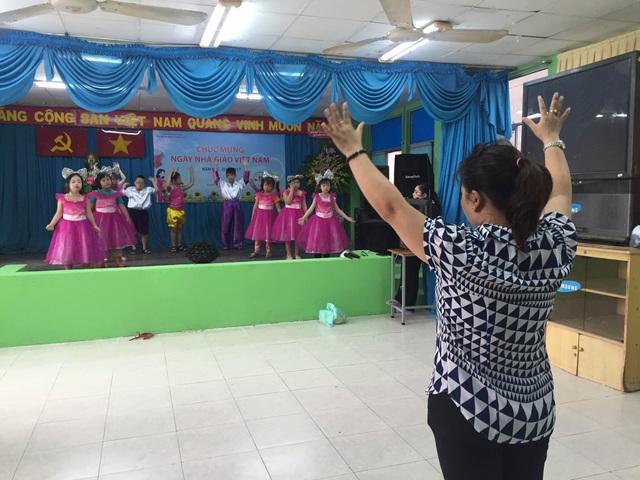 Cô trò chuẩn bị cho lễ chào mừng ngày Nhà giáo trong đó tiết mục thời gian tập luyện nhanh nhất là 1 tháng