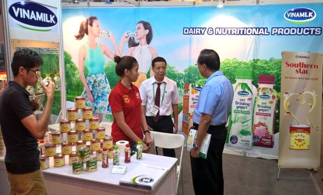 Đại diện Vinamilk giới thiệu đến người tiêu dùng Phillippines những sản phẩm sữa đặc & sữa chua uống được phát triển mẫu mã, hương vị theo khẩu vị địa phương.