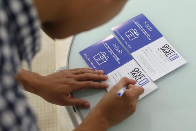 Với mỗi hành động chia sẻ nhân dịp sinh nhật S.hub, các bạn trẻ có cơ hội nhận quà tặng hấp dẫn như USB, sổ tay, tài khoản Premium đọc ebook trên Alezza, từ điển Oxford, bình nước, túi xách... đặc trưng của S.hub