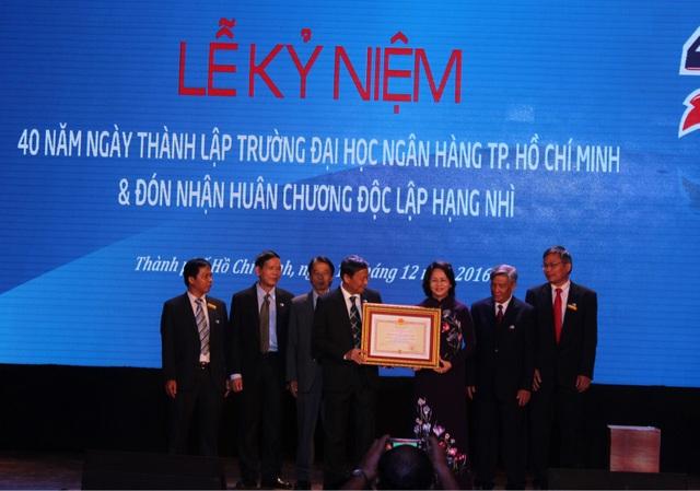 Phó Chủ tịch nước Đặng Thị Ngọc Thịnh trao Huân chương Độc lập hạng Nhì cho trường ĐH Ngân hàng TPHCM