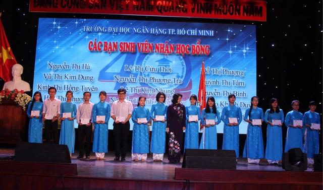Phó Chủ tịch nước Đặng Thị Ngọc Thịnh trao 30 suất học bổng đến sinh viên trường ĐH Ngân hàng TPHCM.