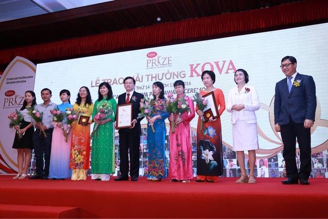Tập thể Bệnh viện Truyền máu và huyết học TPHCM và PGS.TS BS Tạ Thị Tuyết Mai (Bệnh viện Nhân dân Gia Định) nhận giải kiến tạo