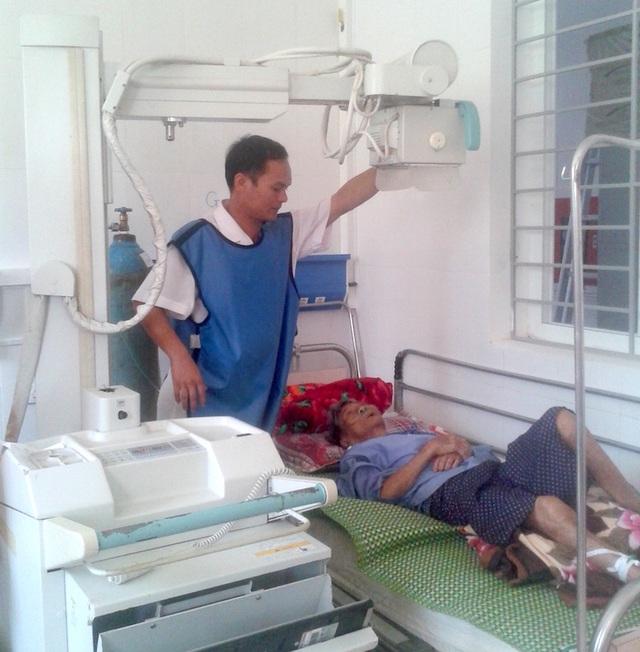 Anh Hùng đang chụp x-quang cho bệnh nhân.