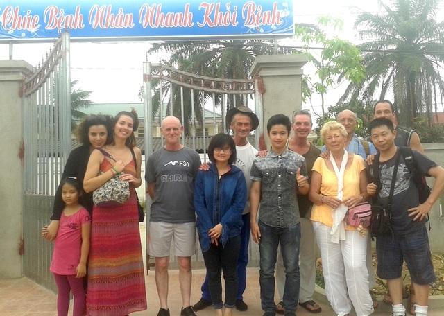 Những người bạn ở hiệp hội Côtes d' Armor Việt Nam thuộc hội Hữu Nghị Việt - Pháp tham gia giúp anh Hùng những ngày khó khăn.