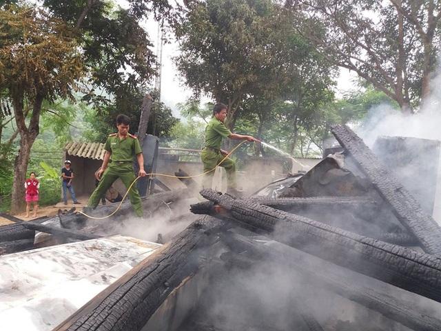 Khi lực lượng cứu hỏa đến thì nhà sàn đã bị thiêu rụi.