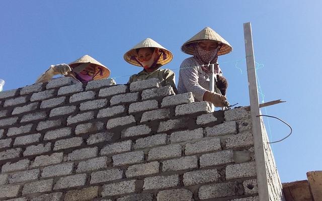 Hình ảnh người phụ nữ tham gia xây dựng nhà cửa đã không còn là hiếm hoi ở làng Bút Lĩnh (Nghệ An)