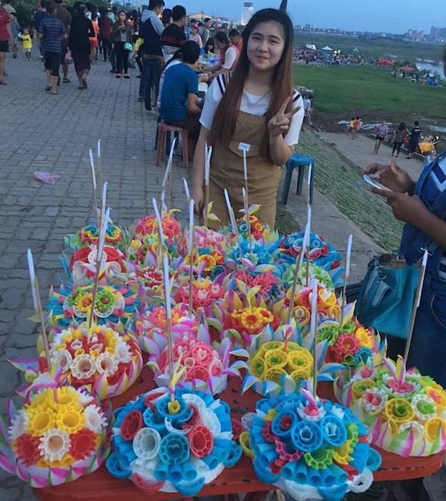 Hoa đủ sắc màu được bày bán ngay trên bờ sông Mê Kông.