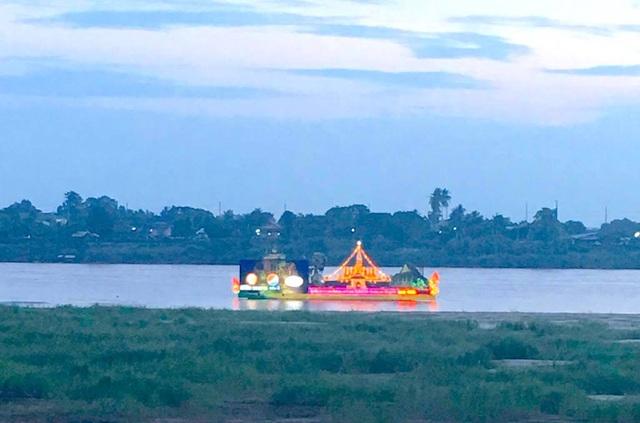 Thuyền được trang trí đèn điện đủ màu sắc cho cuộc đua trên sông Mê Kông.