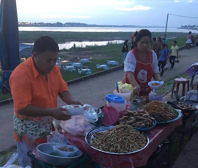 Dịp này thực phẩm cũng được bày bán cho du khách trong mùa lễ hội đua thuyền trên sông Mê Kông.