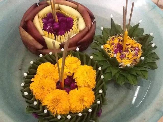 Hàng vạn bông hoa, lẵng hoa đủ sắc màu được bày bán để du khách mua sau đó thả trôi trên dòng sông Mê Kông cầu cho bình an.