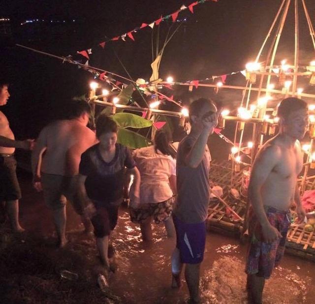 Đêm trước của ngày hội đua thuyền họ tập trung ở bờ sông Mê Kông để thả đèn và thuyền xuống dòng sông cầu mong hạnh phúc và những điều tốt đẹp.